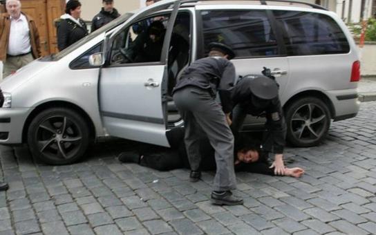 Policejním greenhornům bez řádného výcviku doporučuji přestat se dívat na hollywoodské filmy! Expert komentuje policejní zákrok proti Zemanově příznivkyni