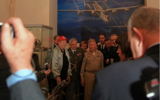 Němečtí stíhači byli jako vlčí smečka, vzpomíná bývalý letec. V kokpitu amerického bombardéru B-24 Liberator prožíval největší drama svého života