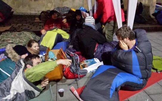 Tolik bezdomovců na jednom místě! Víme, proč zaplnili brněnské náměstí