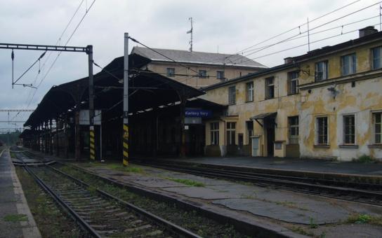 Ostuda Karlových Varů! Horní nádraží, kde staví i legendární Orient Expres, připomíná válečné trosky