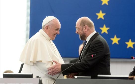 Choroba, dnes v Evropě tak rozšířená, je samota. Starých lidí, ale i mladých, chudých… Projev papeže Františka zasáhl srdce: Nebe a dudy oproti chamtivým českým katolíkům
