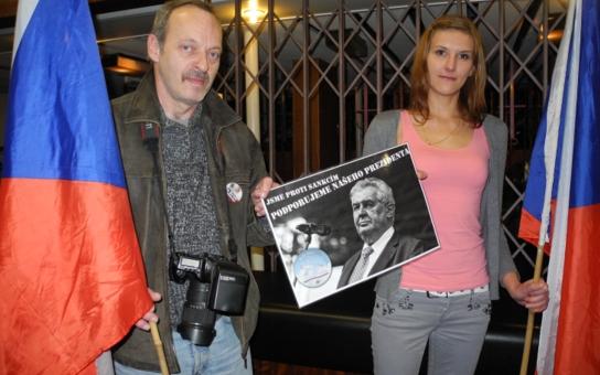 Miloši, jsme s tebou! Táhni do Prahy, táhni za Putinem! Prezident na jižní Moravě mluvil i o vytlučených oknech