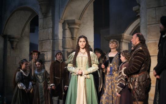 Tři pohádkové premiéry s úplně novými princeznami nás čekají na ČT o Vánocích, jednou je i zpěvačka Celeste Buckingham. Proč ale nemá žádná zlaté vlasy?