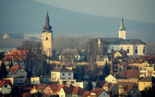 Po útocích na prezidenta pokračují provokace pražských intelektuálů i na venkově! Členové obávané lumpenkavárny přepadli harém v Jevíčku, píše Infobaden