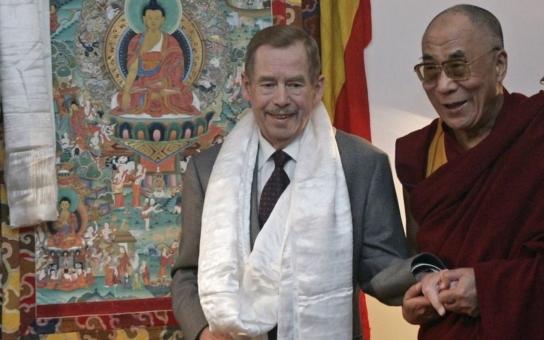 Dalajláma překvapivě o Havlovi: Snažil se dosáhnout čistého života a přitom pořád kouřil... Z Havlova guru by si měli vzít ponaučení patolízalové