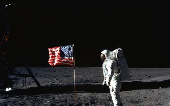 Tak paní Smithová, teď už ho můžete vzít do huby. Aneb co přesně řekl první kosmonaut na Měsíci, než nastoupila cenzura, plus něco málo o sexu od čtenáře z Karlštejna