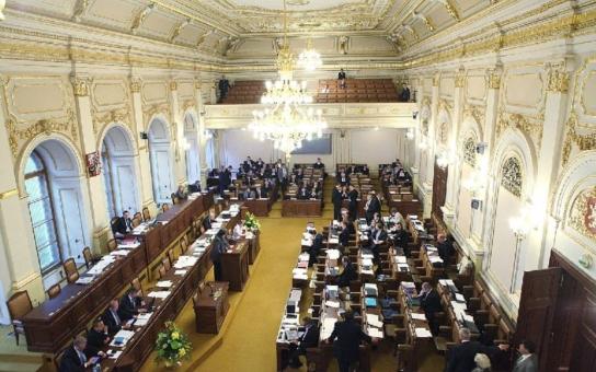 Druhým čtením prošel tento týden návrh novely energetického zákona. Upravuje postavení předsedkyně ERÚ Aleny Vitáskové. Té ženy, která byla nepravomocně odsouzena na 8,5 roku