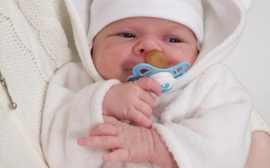 Prvním jihočeským miminkem letošního roku je Vojta. Hejtman má pro něj dárek. Nový rok se ale neobešel ani bez tragických úrazů