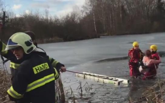 VIDEO: Tragédie pod hladinou! Hasiči zachránili z ledové vody ženu a jejího psa