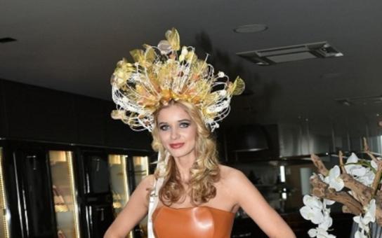 Sukně z varieté, kokrhel jak pro Nastěnku a botky evokující asijskou tržnici. TO nás bude reprezentovat v USA na Miss Universe. Posuďte sami