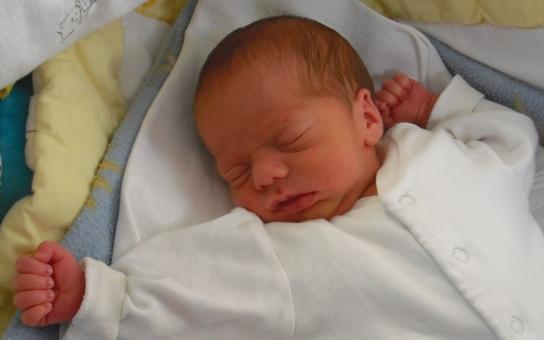 Klatovské porodnici chybí oblečení a pleny pro miminka. Pomozte ve sbírce, kterou loni podpořil i exmilenec Ivety Bartošové