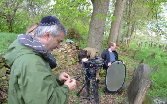 Herec Petr Vacek si prošel židovské hřbitovy v Olomouckém kraji. Proč jsou mu blízké?