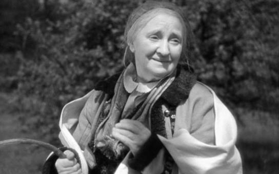 Před kamerou stanula až v penzi, přesto se stala symbolem statečnosti českého národa. Ćím si prošla první představitelka Babičky a kdo ji dohodil k filmu? Tajnosti slavných