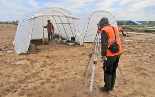 Na dálnici D11, na jejíž dostavbu si řidiči ještě počkají, teď kralují archeologové. Co objevili?