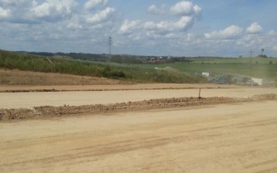 Tomu neuvěříte. Šokující příběh muže z Moravy, kterému na jeho pozemku postavili dálnici a svého práva se nemůže už 10 let dovolat. Máme foto jako důkaz