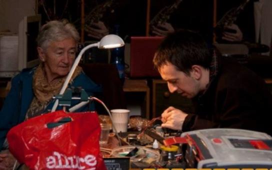 V brněnské kavárně lidem opraví boty, mobily i přešijí šaty. Než se najedí či pohovoří u kávy, budou mít vše jako nové
