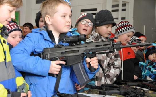 Děti si na vlastní kůži vyzkoušely, jaké to je, držet v ruce samopal. Armáda objíždí školy