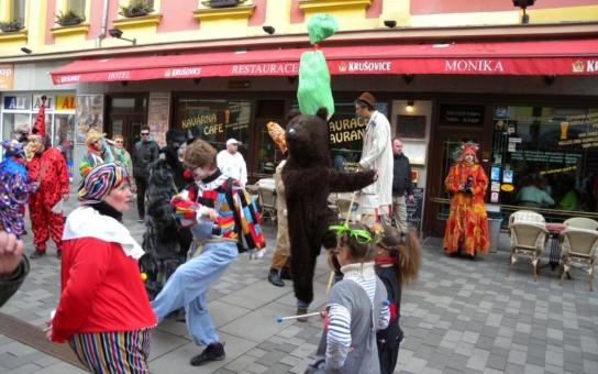 Češi v pohraničí křísí tradice masopustu a karnevalů.  Dejte také načas sbohem masu a obžerství!