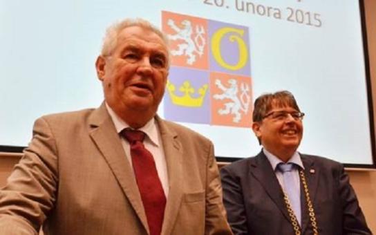 Prezident je na návštěvě Královéhradeckého kraje. Vynadal Jaceňukovi, naší národní bance a Řecku. A pochválil... Byli jsme u toho