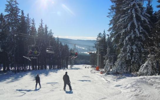 Lipno láká lyžaře na slevy i hvězdy: Ve Skiareálu Lipno jsou i v březnu výborné lyžařské podmínky