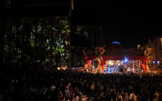 Akrobati za milion, loutka anděla za půl mega: Umělci se na zahájení akce v Plzni řádně napakovali, píše tamní politička