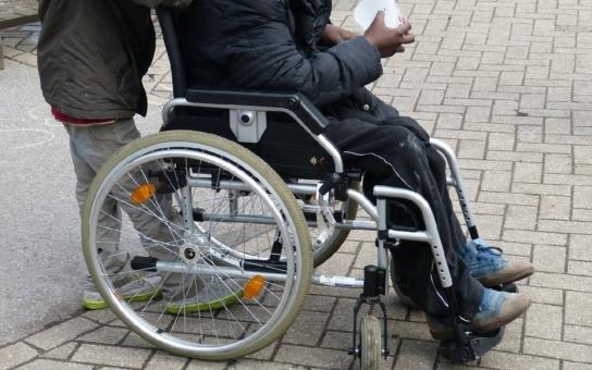 Snažil se rvát se životem, ale postihla ho obrna a epilepsie. Teď na to doplácí. Zatímco flákači žijí ze sociálních dávek, těžce nemocný Eduard nemá na chleba. Životní K.O.