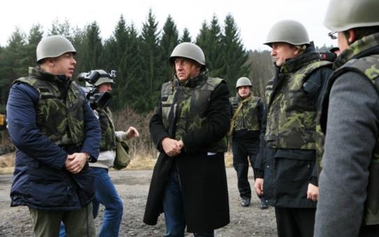 Vypadáte, jako když jdete bojovat za Porošenka na Ukrajinu! Fotka s Babišem, kterou dal Chovanec na Facebook, rozesmála i jeho kamarády, koukněte