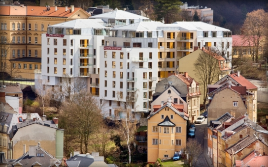 Karlovy Vary jsou plné prázdných bytů a hotelů, ale staví se zde dál a dál. Slet dortů válcují betonová monstra. Vedení města alibisticky říká, to je věc vlastníků