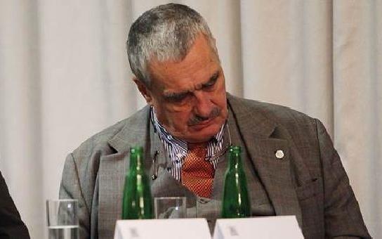 Tak takhle ne, Výsosti! Kníže Schwarzenberg káže vodu a sám pije víno. Na každém kroku propaguje slušnost a sám…