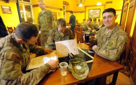 Na co utáhli americké vojáky v Pardubicích? Na pivo. Spojenci dárek opětovali - složili písničku. Podívejte se