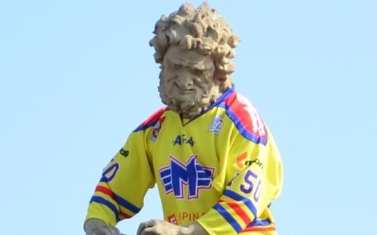 Barokní socha, oblečená v dresu hokejového Motoru. Budějovičákům se to líbí, hejtman je pro, jen zapšklí památkáři protestují... Podívejte se sami