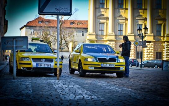 Za cestu ze Staromáku na Václavák přes osm stovek. Pár nepoctivých taxíkářů ničí pověst všem a z Prahy dělají v očích světa metropoli zločinu