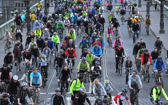 """Loni zemřelo na českých silnicích téměř sedm desítek cyklistů. Projekt """"Na kole jen s přilbou"""" již šestým rokem pomáhá chránit zdraví cykloturistů. Najděte si hlídku ve Valticích"""