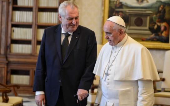 Zeman představil papeži Františkovi divného velvyslance a předal mu ještě prapodivnější dárek, podívejte se... A sklidil tvrdou kritiku jako obvykle, byť tentokráte asi právem