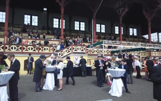 Přehlídka klobouků a krásné koně jako v Ascotu, luxus, kam se podíváš… Proč jsou Karlovy Vary podle evropské šlechty lepší než Baden-Baden?