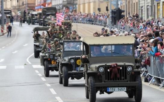 Plzeň: Přelet stíhacích armádních letounů, přehlídka vojenské historické techniky, ale také laserová harfa či roztančené náměstí v režii Václava Marhoula a bratří Cabanů