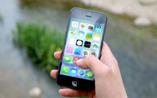Utajované informace z policejních spisů za tisícovku? Proč ne. A proč je rovnou neposlat SMS zprávou. To se stalo…