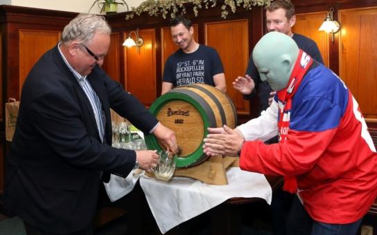 Hokejovou várku plzeňského piva se sládkem jako první ochutnal Fantomas. Je to fenomén mezi sportovními fandy