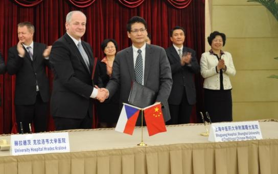 V červnu otevřou v Hradci Králové první ambulanci tradiční čínské medicíny. V Šanghaji to domluvil ministr zdravotnictví