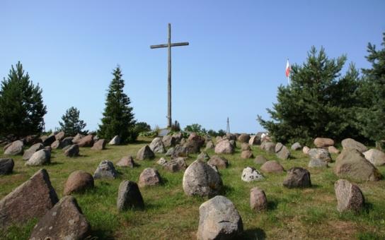 I Polsko má své Lidice, tam ale nevraždili nacisté. Stovky lidí zaplatily životem zvěrstva rudoarmějců. Navíc už po válce