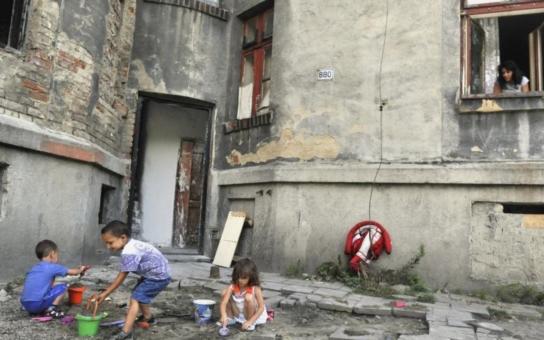 Romské děti nemají základní hygienické návyky, místo školy se válejí v posteli… Tak se navezl ministr Chládek do Romů ve vyloučených lokalitách
