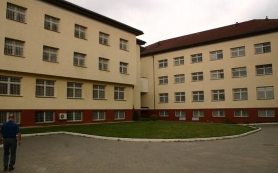 Jedí trávu, štěkají a pijí vodu z kýblu. Tancují pro pobavení dozorců… Tak podle Štrasburku trpí vězni v Česku. Ministr to rázně popírá a říká: Vězení není hotel