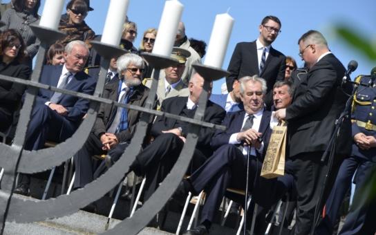 Uřezané hlavy, plynové komory, další genocida. Zeman měl v Terezíně velice drsný projev a vyzval k útoku na Islámský stát