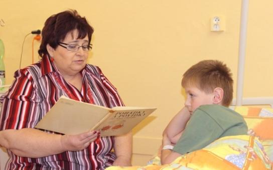 Profesionální 'špitálová' babička? Takovou vymoženost mají v Pelhřimově, aby děcka po injekcích neplakala...