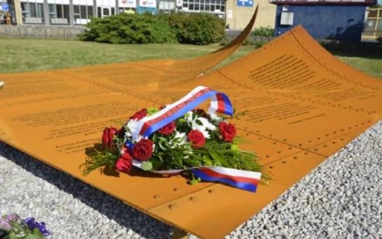 """Ústecká designérka navrhla monumentální pomník pro oběti války. Připomíná deset tisíc obětí v """"chemičce, které se nelidsky nadřely"""