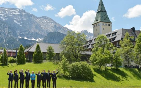 Na Evropu se valí peklo, ale pohlaváři  velké sedmičky se projíždějí v Alpách v kočárech a popíjí pivko. A xenofobní Češi prý smrdí