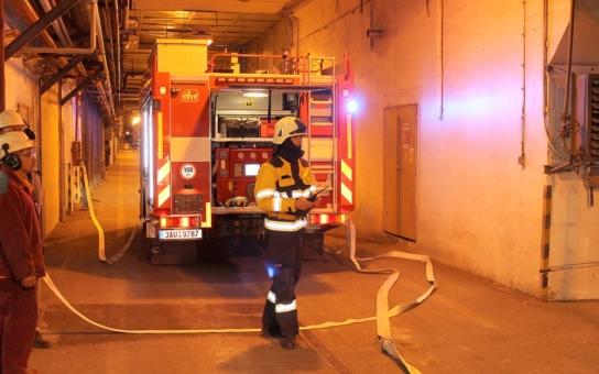 Únik oleje způsobil požár ve strojovně, šlo o simulaci pomocí vyvíječů kouře