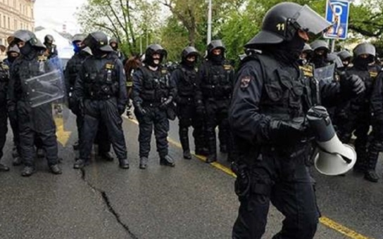 Pověsit! Demonstranti se střetli v Brně kvůli imigrantům. Oba tábory od sebe rvala policie. Máme fotku, jak se na akci hajlovalo! Vandasovi se takové informování nelíbí
