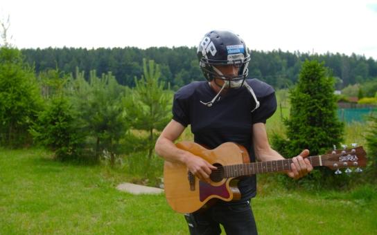 To jste ještě neviděli: Lídr kapely Wohnout Matěj Homola v dresu hráče amerického fotbalu. Sice na to nemá figuru, ale…