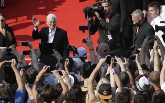 """Jiný pohled na hlavní hvězdu MFF: Pomýlený Richard Gere střídal role rychleji než český poslanec strany. Šašek, píší čtenáři, hollywoodská gesta Češi prostě """"nežerou"""""""
